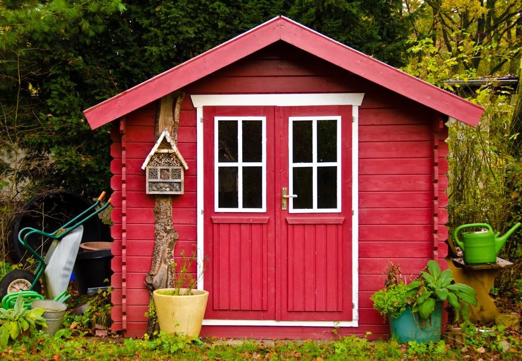 Résine, bois, composite, métal… Quel matériau pour un abri de jardin ? L'abri de jardin est autant un espace de stockage qu'un élément architectural pour ses extérieurs. Pour les plus grands d'entre eux, ils peuvent même être utilisés comme des pièces de vie supplémentaires. Les cabanons de jardin sont fabriqués dans divers matériaux de construction, qui influencent sur leur utilisation et leurs prix. Bois, résine, PVC, composite… Quel matériau choisir pour un abri de jardin ? Le point dans cet article. L'abri de jardin en bois Le bois est un matériau naturel et biodégradable. Chaleureux et authentique, il permet de réaliser des structures solides, de toutes superficies. Aussi, l'abri de jardin en bois trouve-t-il légitimement sa place dans un extérieur. Le travail du bois permet de moduler les réalisations selon ses besoins réels et ses envies. Les chalets en bois pour jardin peuvent ainsi occuper différentes fonctions : stockage de bois, de matériel, abri pour animaux, cabane pour enfant, dépendance… Un même abri peut être composé d'une pièce unique ou de différents espaces, être agrémenté de menuiseries, d'une terrasse, d'un auvent, etc. Le cabanon de jardin en bois peut être un abri de jardin sur-mesure ou standard. Sa structure est faite de panneaux de bois ou de madriers. Plusieurs essences de bois peuvent être utilisées. Le pin, l'épicéa et le sapin sont les plus utilisés pour les abris de jardin en bois brut ou autoclave. Le bois du cabanon peut être peint. Pour les zones au climat très rigoureux, le bois THT offre une meilleure résistance. Aussi, la fourchette de prix est très large, entre 400 € à plus de 4000 € pour les modèles les plus hauts de gamme et de très grande superficie. Le bois demande un entretien régulier pour lui permettre de résister aux aléas climatiques, aux insectes et autres nuisibles, mais aussi pour qu'il puisse conserver son aspect d'origine. Il faut donc prévoir l'application d'une lasure et, pour le bois non traité, un insecticide e